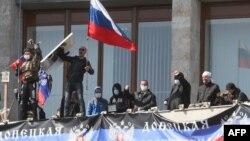 Донецктеги обладминистрацияны басып алып, Орусиянын туусун сайгандар. 7-апрель, 2014-жыл.