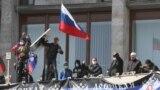 """Украинаның шығысында Донецк облыстық әкімшілік үйін <a href=""""http://www.azattyq.org/content/pro-russia_protesters_stormed_government_buildings_east_ukraine/25323461.html"""" target=""""_blank"""">басып алған</a> ресейшіл демонстранттар 7 сәуірде &quot;егемен республика&quot; құратындарын <a href=""""http://www.azattyq.org/archive/news/4/330/330.html?id=25324019"""" target=""""_blank"""">жариялады</a>. Кейіннен олар өздері құрған республика Ресейдің құрамына кіретінін мәлімдеді. Киев Ресей президенті Владимир Путин мен Украинаның биліктен кетірілген бұрынғы президенті Виктор Януковичті елдің шығысындағы сепаратизмге дем беріп отыр деп айыптады.<br /> <br /> Ресейшіл белсенділер Украинаның шығысындағы Луганск және Харьков қалаларында да билік кеңселерін <a href=""""http://www.azattyq.org/content/pro-russia_protesters_stormed_government_buildings_east_ukraine/25323461.html"""" target=""""_blank"""">басып алды</a>."""