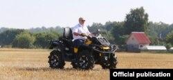 Аляксандар Лукашэнка на квадрацыкле на полі ў ААТ «Александрыя»