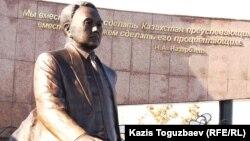 Нұрсұлтан Назарбаевтың өз атындағы саябақтағы ескерткіші. Алматы, 11 қараша 2011 жыл. (Көрнекі сурет)