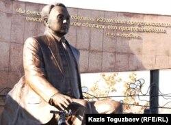 Памятник Нурсултану Назарбаеву, установленный в парке имени первого президента Казахстана. Алматы, 11 ноября 2011 года.