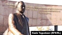 Памятник Назарбаеву, установленный в Алматы