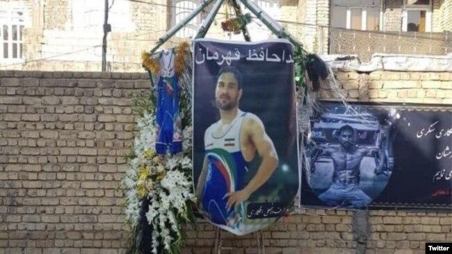 عکس نوید افکاری در کنار خانهاش در شیراز