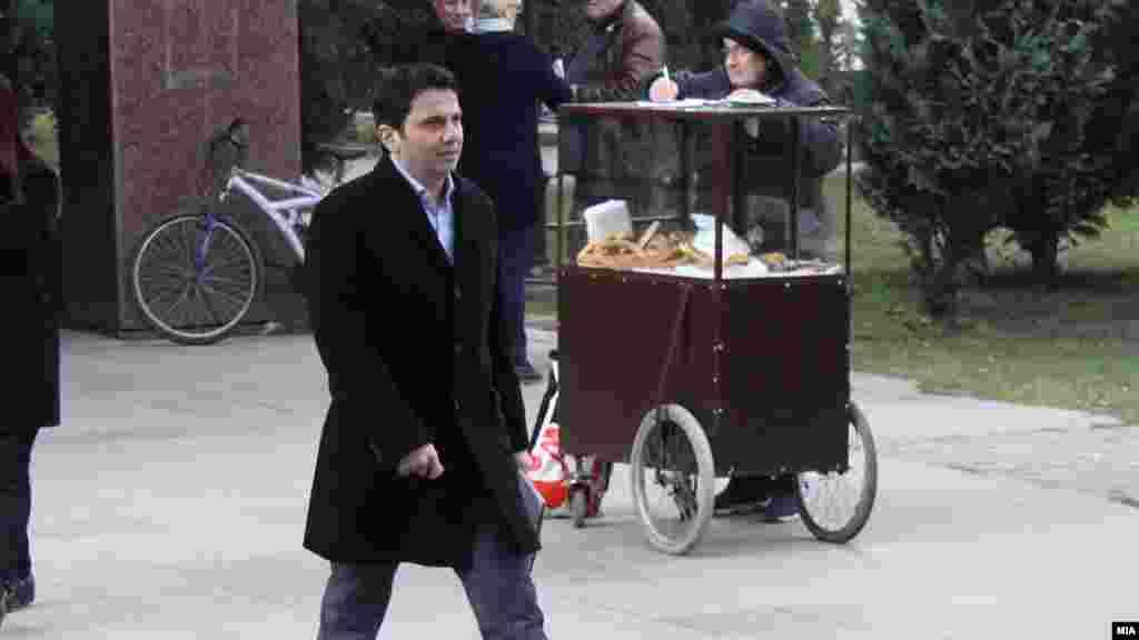 МАКЕДОНИЈА - Во Кривичниот суд почна судењето за уривањето на станбениот комплекс Космос, предмет на СЈО познат како ТНТ. Обвинетите, поранешниот премиер Никола Груевски, поранешниот министер за транспорт Миле Јанакиески и поранешниот градоначалник на Гази Баба Тони Трајковски, се изјаснија за невини. Судењето се снима тонски и визуелно.
