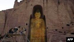 جایگاه خالی مجسمه بودای ویران شده در بامیان که توسط یک زوج چینی بازنمایی شد