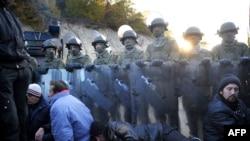 Север Косово: местные сербы сели на пути солдат KFOR, пытаясь помешать разбору баррикад