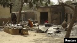 Ахвяры ранейшага нападу «Боку харам» каля разбураных дамоў у Майдугуры, сталіцы нігерыйскага штату Борна.