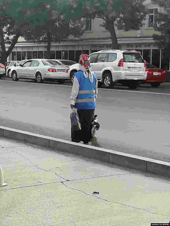Сотрудники городских коммунальных служб носят специальную форму.