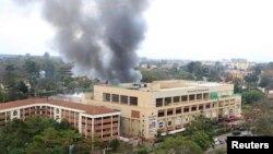 Քենիա - Նայրոբիի «Վեսթգեյթ» առևտրի կենտրոնում պայթյուններից հետո ծուխ է բարձրանում, 23 սեպտեմբերի, 2013թ․