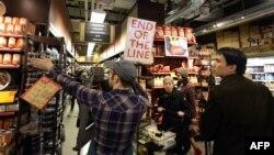 Луѓе се обидуваат да купат храна пред ураганот Сенди да го погоди Њујорк.