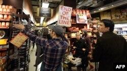 """Американцы закупают продукты в магазинах накануне прихода урагана """"Сэнди"""""""