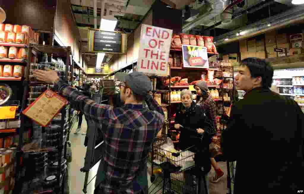 ساکنان مناطقی در نيويورک و نيوجرسی برای خريد مایحتاج اولیه و مواد غذايی به فروشگاه ها هجوم برده اند.