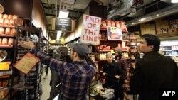 Жители Нью-Йорка запасаются продуктами в ожидании урагана
