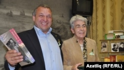 Ләйлә Кәримова һәм эшкуар Рамил Булатов Дмитров шәһәрендәге халык музеенда