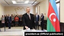 Ільхам Алієв голосує на виборчій дільниці, 11 квітня 2018 року