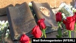 Алматыдағы Тәуелсіздік монументі алдындағы гүл шоқтары.