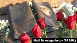 Алматыдағы Тәуелсіздік монументі алдындағы гүл шоқтары. 16 желтоқсан 2012 жыл. (Көрнекі сурет)
