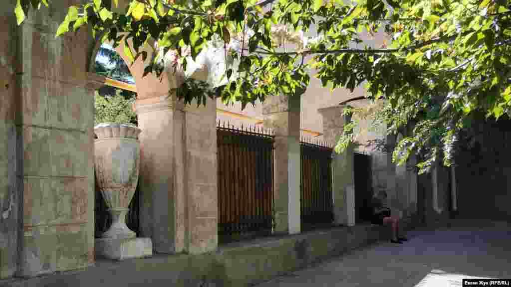 Ворота у двір між будинками №3 та №5 – ще одна незвичайність. Подібних багато на вулиці Великій Морській: із колонами-пропилеями, потужною хвірткою. В аркових отворах колись теж стояли амфори. Зараз їх немає, як і самих воріт. Двір виявився незвично красивий, зі старими ліванськими кедрами та кипарисами. А в центрі – фонтан, хоча і не працює