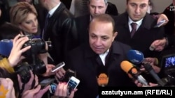 Վարչապետ Հովիկ Աբրահամյանը քվեարկելուց հետո զրուցում է լրագրողների հետ