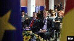 Евроамбасадорот Аиов Орав и британскиот амбасадор Кристофер Ивон на презентација на извештајот на ЕК за напредокот на Македонија за 2012.