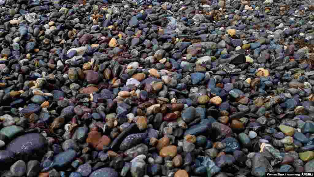 Серед галькових каменів на пляжах Фіоленту зустрічаються яшма і халцедон