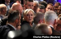 لوپن در حلقه هوادارانش در مه ۲۰۱۷ پس از شکست در دور دوم انتخابات ریاست جمهوری فرانسه