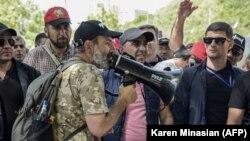 Нікол Пашинян (у центрі) разом із протестувальниками в Єревані, Вірменія, 2 травня 2018 року