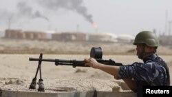 رجل أمن عراقي في موقع حراسة لمنشأة نفطية في البصرة