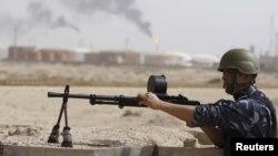 Мұнай заводын күзетіп отырған полицей. Ирак, 24 ақпан 2011 жыл.