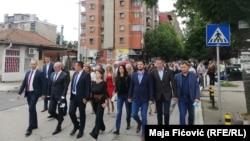 Zyrtarët e Listës Serbe, së bashku me Goran Rakiqit duke shkuar së bashku në qendra të votimit. 21 qershor, 2020.