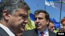 Украина президенті Петр Порошенко (сол жақта) мен Одесса облысының губернаторы Михаил Саакашвили. Киев, шілде 2015 жыл.