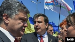 Ukrainian President Petro Poroshenko (left) and Odesa Governor Mikheil Saakashvili meet with local Odesa residents in July 2015.