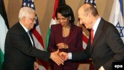 Протокольное рукопожатие перед началом встречи