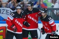 Канадские хоккеисты после победы над сборной Чехии.