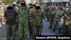 Украинаның тәуелсіздігі күні сепаратистер Донецк көшелерімен жүргізген украиналық әскери тұтқындар. 24 тамыз 2014 жыл.
