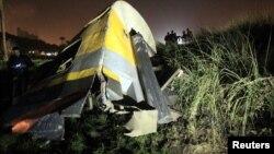 عربة قطار محطمة بعد إنفصالها عن بقية العربات في منطقة البشردين قرب العاصمة المصرية القاهرة