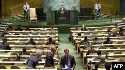 تعدادی از نمایندگان خارجی معترض به گفتههای احمدینژاد در حال خروج از سالن