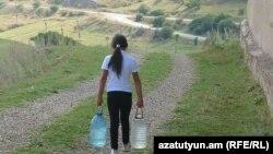 Բազումի բնակիչները խմելու ջուրը գնում են, կամ կրում են գյուղամերձ ձորակների աղբյուրներից