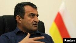 Cпикер югоосетинского парламента отвергает обвинения оппозиции в авторитаризме и считает, что независимая позиция «Единой Осетии» не нравится администрации президента