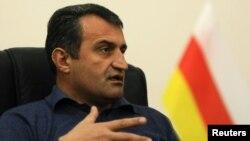 Председатель парламента Анатолий Бибилов сообщил, что, исходя из интересов сохранения стабильности в республике, фракция «Единой Осетии» на данный момент снимает вопрос вотума недоверия главе МИД республики с повестки дня