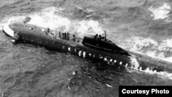 Советская атомная подлодка К-8 в Бискайском заливе после пожара на борту 8 апреля 1970 г. Лодка уже имеет значительный крен – горизонтальные рули (слева) в воздухе, в то время как они должны быть под водой. Снимок сделан американским патрульным самолётом