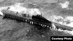 Съветската ядрена подводница К-8 в Бискайския залив след пожара на борда на 8 април 1970 г. Плавателният съд вече е наклонен настрани - хоризонталните кормила (вляво) са във въздуха, а трябва да са под вода. Снимката е направена от американски патрулен самолет
