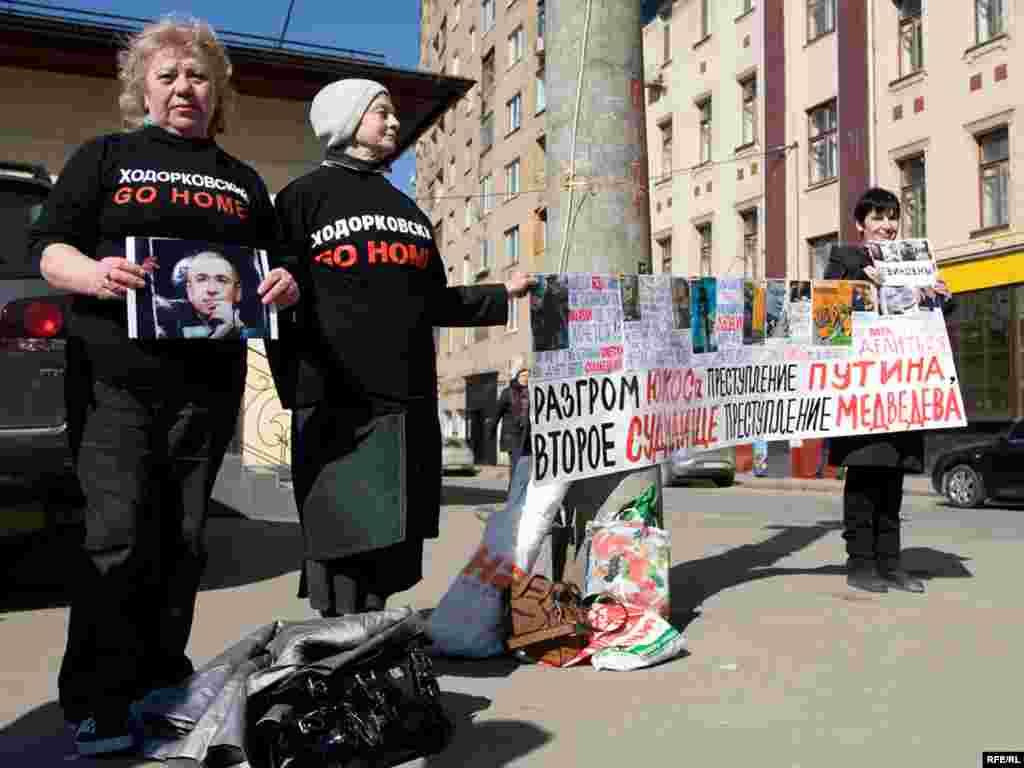 Сторонникам Ходорковского разрешили провести пикет численностью не больше 5 человек в 500 метрах от здания суда