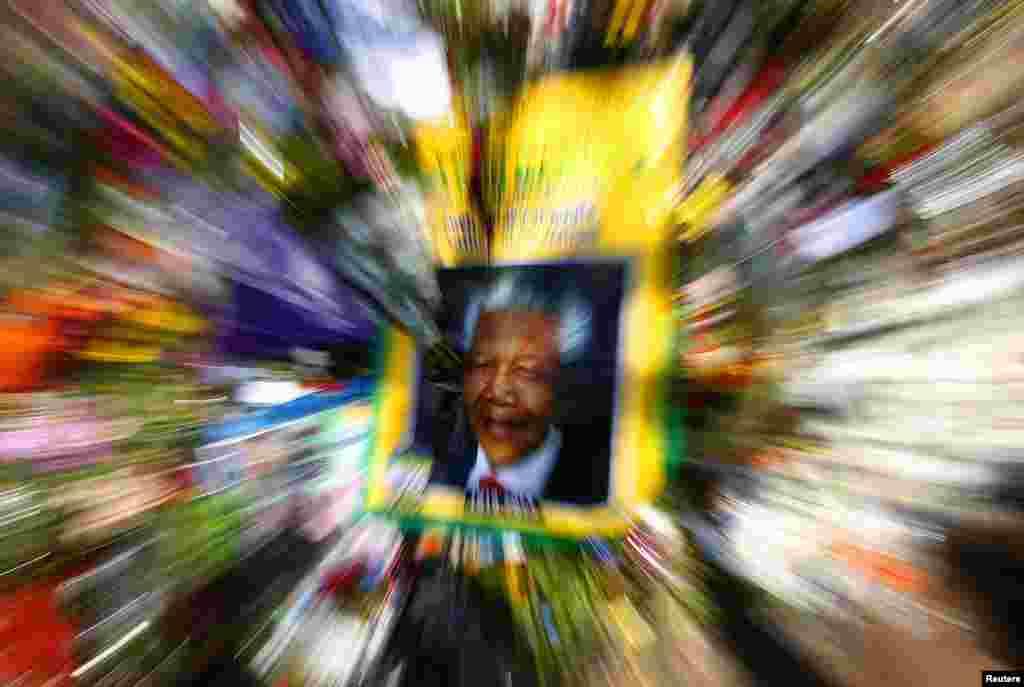 نام ماندلا به یاد آورنده جنبش ضد آپارتاید است. جنبشی که با هدف مقابله با تبعیض نژادی شکل گرفت. او اما به یکی از نمادهای مشهور مقاومت در برابر بیعدالتی، و دوری از خشونت و انتقام تبدیل شد. آپارتاید در زبان «آفریکانس»، که در آفریقای جنوبی رواج دارد، به معنی «جدایی» است. جنبش مخالفت با آپارتاید برای مقابله با تبعیضی شکل گرفت که علیه اکثریت سیاهپوست و هندیان ساکن آفریقای جنوبی رواج داشت.