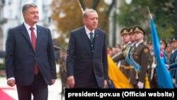 Президент України Петро Порошенко (ліворуч) та президент Туреччини Реджеп Таїп Ердоган у Києві. 9 жовтня 2017 року