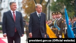 Ukrainian President Petro Poroshenko (left) welcomes Turkish President Recep Tayyip Erdogan to Kyiv on October 9.