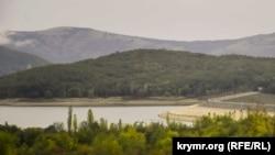 Оголившаяся дамба Чернореченского водохранилища, сентябрь 2020 года