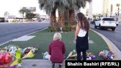 Люди приносят цветы к месту, где была стрельба и погибли посетители фестиваля кантри-музыки. Лас-Вегас, 4 октября 2017 года.
