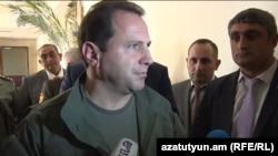 Министр обороны Армении Давид Тоноян беседует с журналистами, Ереван, 18 сентября 2019 г.