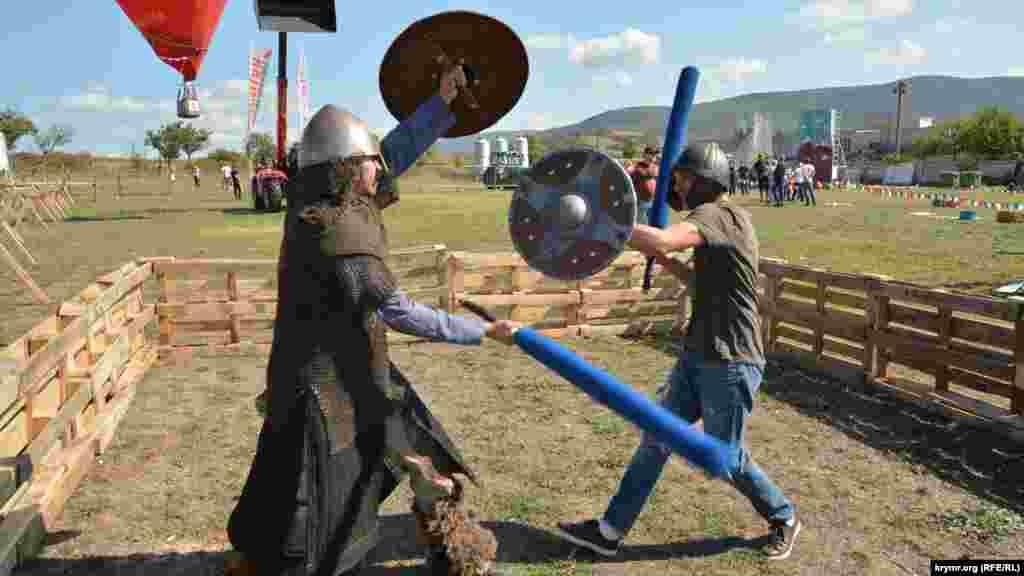 За 300 рублей (около 111 грн) можно провести учебный бой с реконструктором